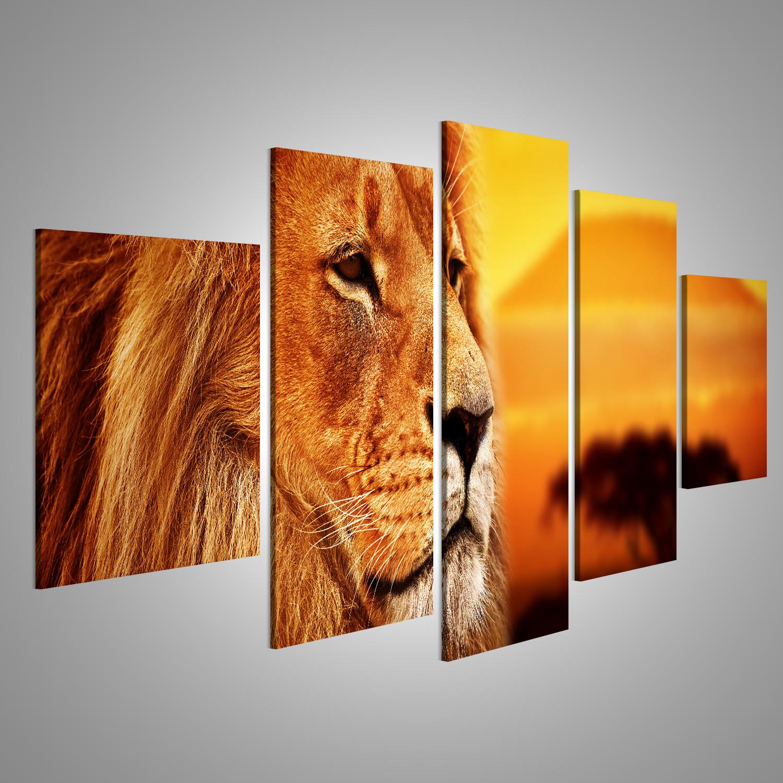 Bild auf Leinwand Löweporträt auf Savannenlandschaftshintergrund und M LKC